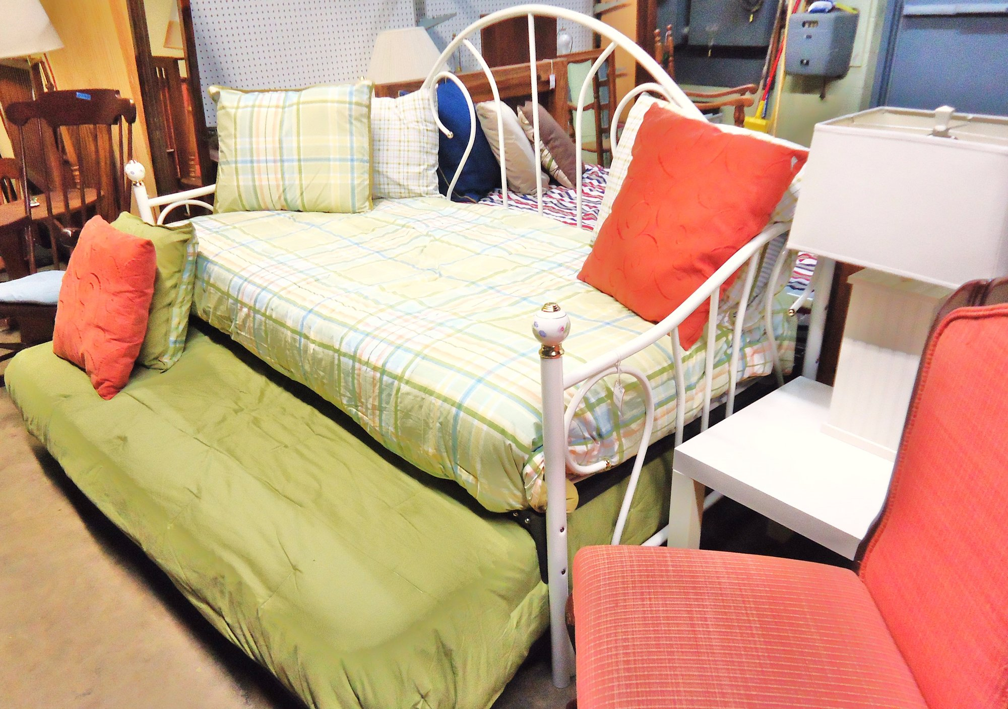 1 14112 White Iron Day Bed With Spring Link Amp Trundel W